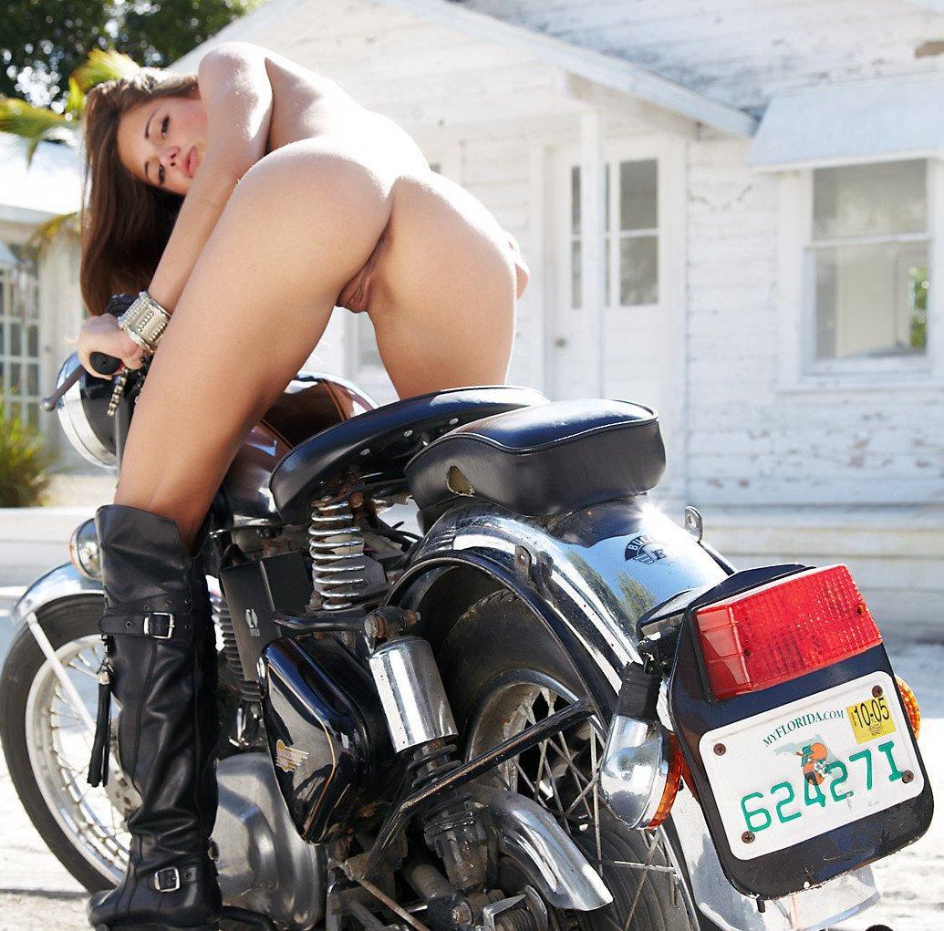 Errotica erotika – Caprice motorozni megy