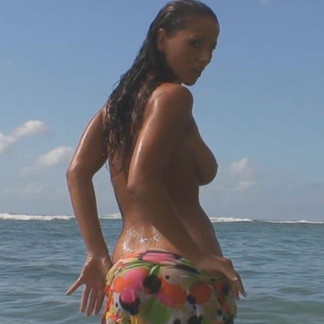 HD videó erotika – Angel Dark pornósztár a tengerparton