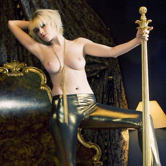 W4B erotika – Jennifer szinte elveszik a nagy baldachinos ágyban...