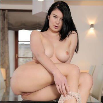 Lucy - orgazmus az asztalon
