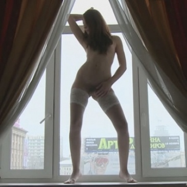 Guerlain – meztelen pózolás az ablakban